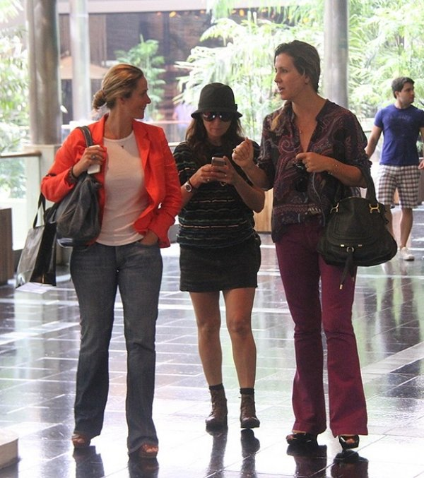 De pernas à mostra, Giovanna Antonelli acena para os paparazzi