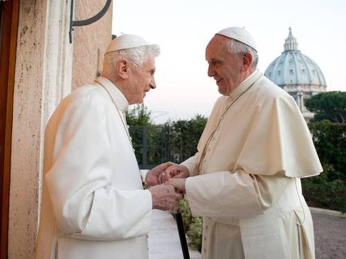 Papa Francisco e Bento XVI rezam juntos em encontro de Natal