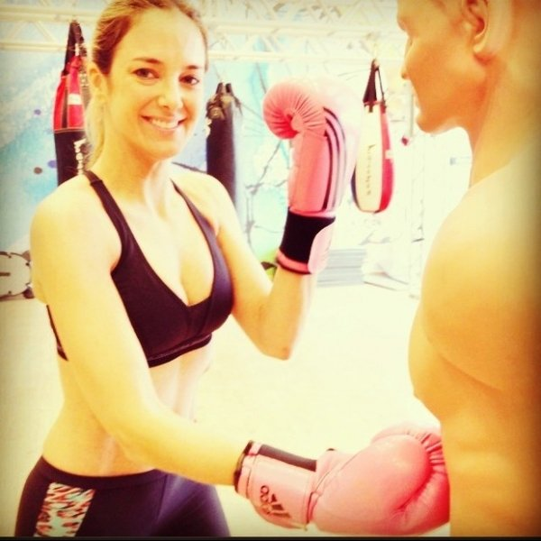 Ticiane Pinheiro faz aula de luta na academia: