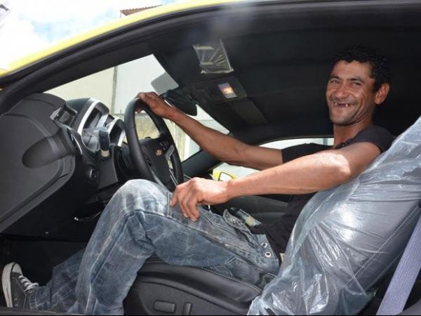Carroceiro ganha Camaro em sorteio na Bahia :