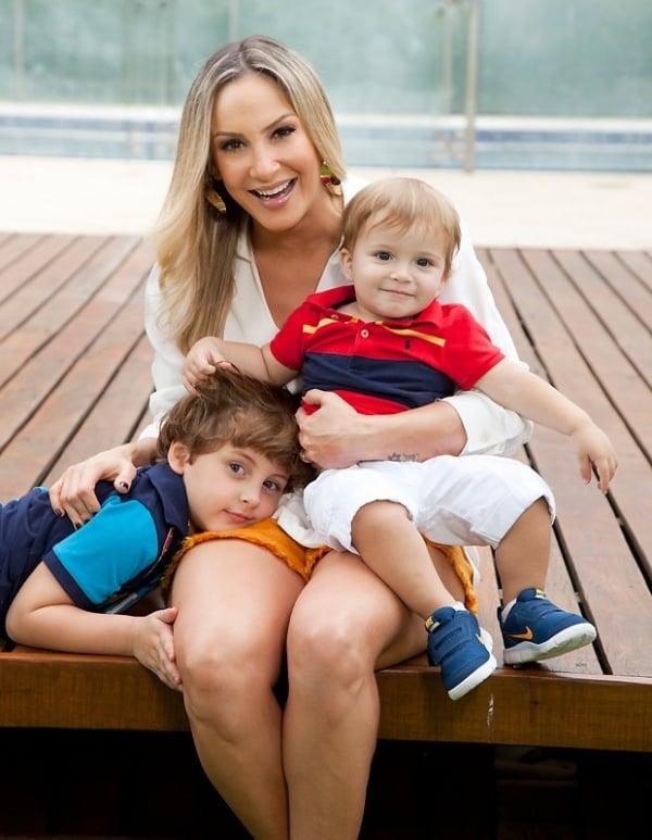 Claudia Leitte posa com os filhos e afirma: