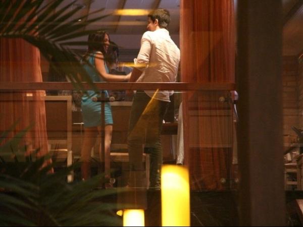 Só love! Enzo Celulari troca beijos com amada no aniversário da mãe