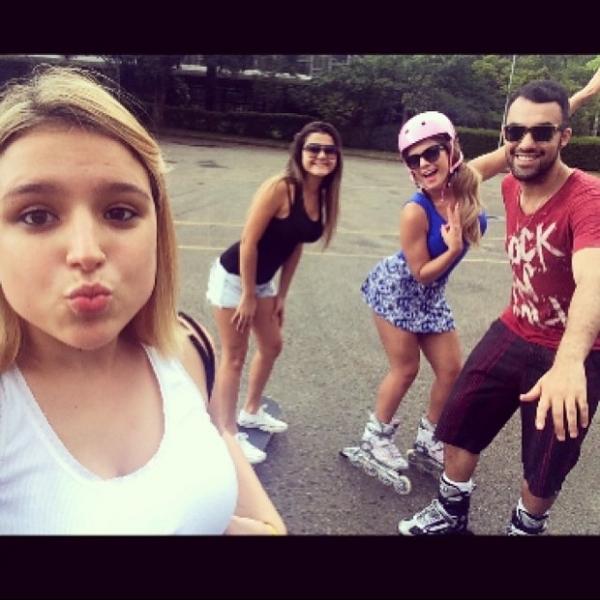 De sainha curta, Babi Rossi aprende a andar de patins