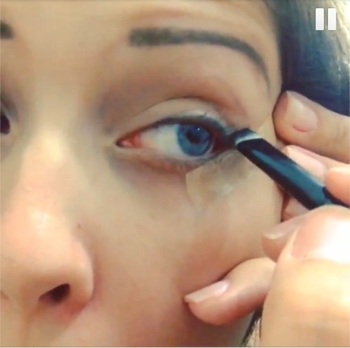 Ex-BBB Andressa usa adesivo no rosto para se maquiar
