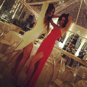 Irmãs Kardashian festejam Natal com as pernas de fora