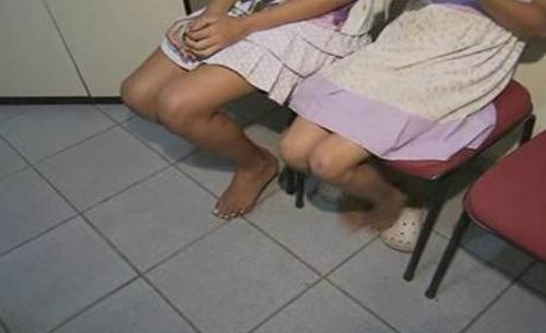 Mulher é presa suspeita de espancar as filhas; exigia que limpasse a casa