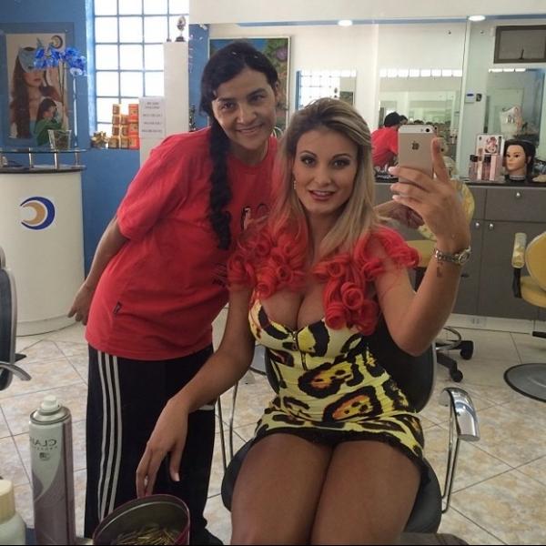 Com vestido decotado e curtinho, Andressa Urach exibe cabelo rosa