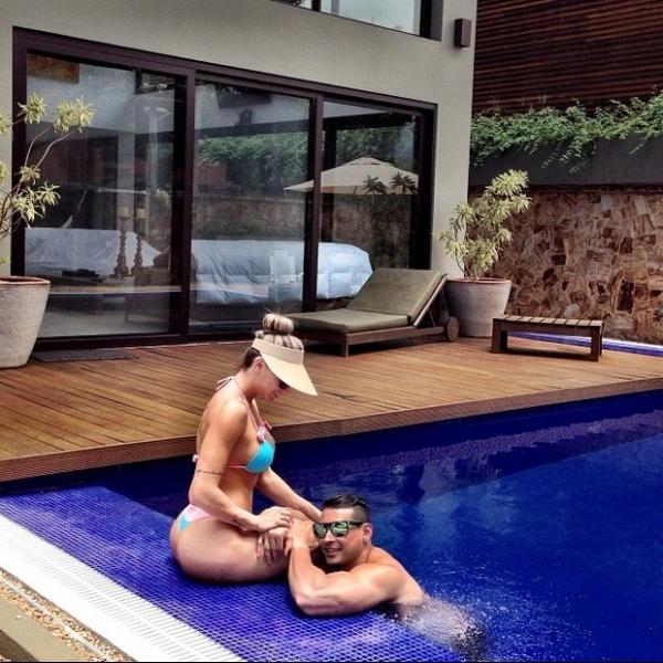 Julu Salimeni curte piscina de biquininho ao lado do noivo