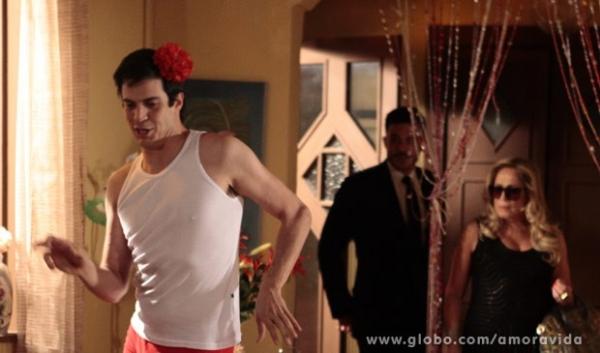 Só na reboladinha! Pilar vê Félix dançando funk e exige que ele volte para casa