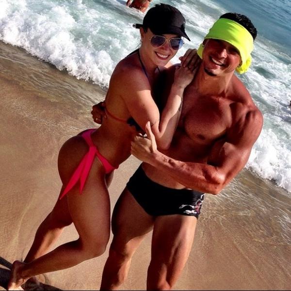 Amor sarado! Juju Salimeni e o noivo fortão curtem praia