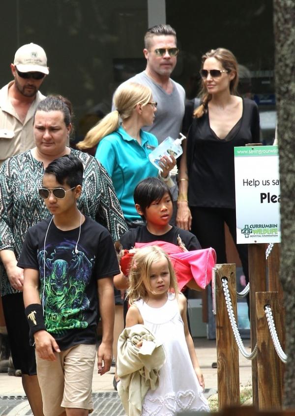 Angelina Jolie e Brad Pitt levam filhos para passear em parque na Austrália
