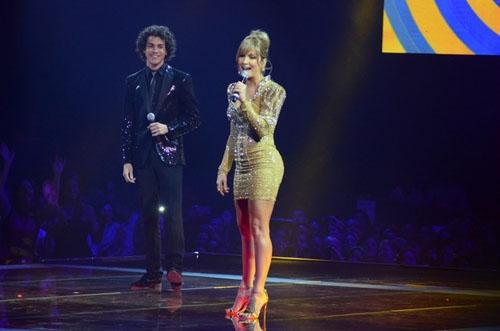 Claudia Leitte usa um vestido de 2 quilos no  reality