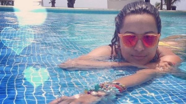 Daniel Alves faz foto da namorada Thaíssa Carvalho relaxando em piscina na Bahia