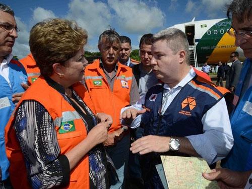 Dilma sobrevoa áreas afetadas por temporais após 18 mortes em MG