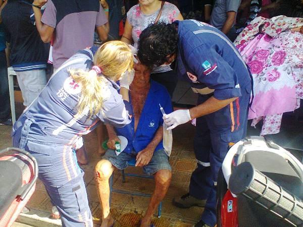 Idoso tropeça em passarela na cidade de Demerval Lobão e sofre várias lesões
