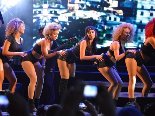 Anitta usa look curto e faz dança sensual com fãs em show