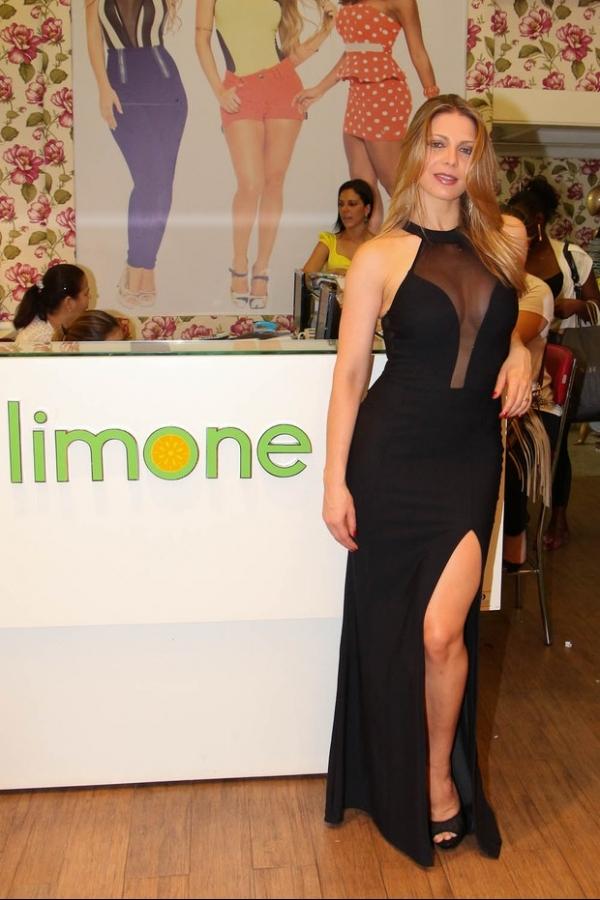 Sheila Mello usa vestido com transparência e fenda em evento