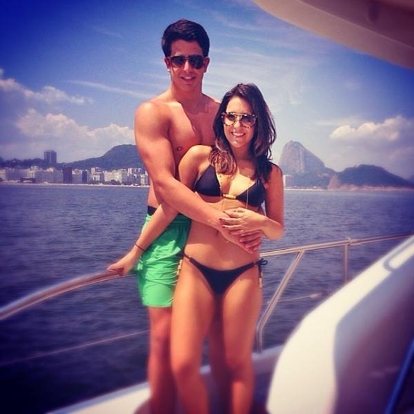 É o amor! Enzo Celulari posta foto de passeio de barco juntinho da namorada