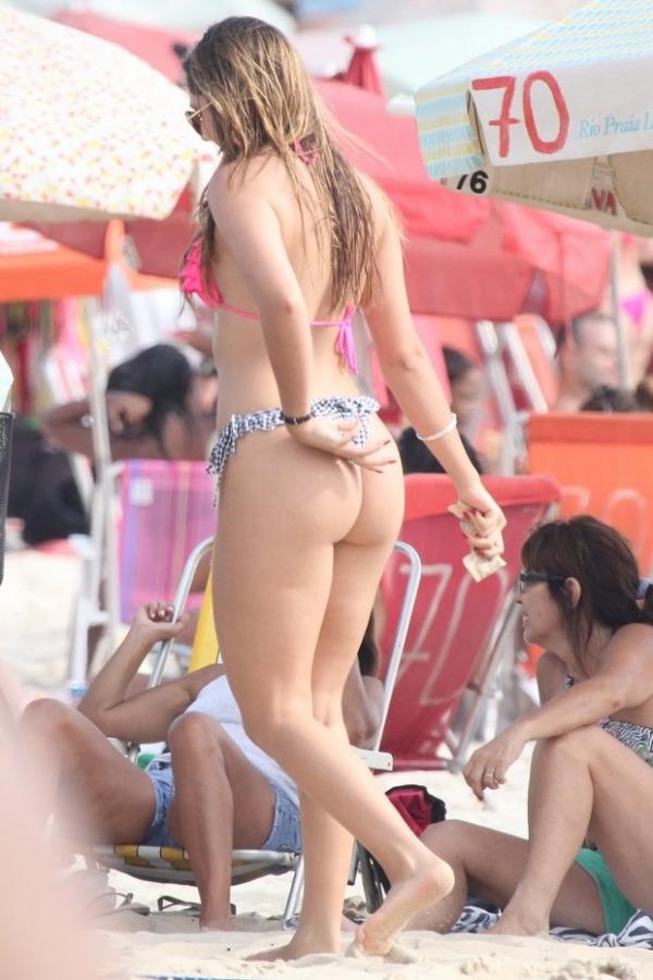 Após vazamento de fotos nua, Carolina Portaluppi curte praia carioca com pai Renato Gaúcho