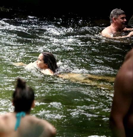 Nanda Costa toma banho de cachoeira em Paraty, sua cidade natal