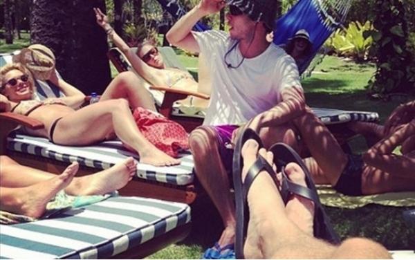 De biquíni, Angélica e Carolina Dieckmann tomam sol juntas na Bahia
