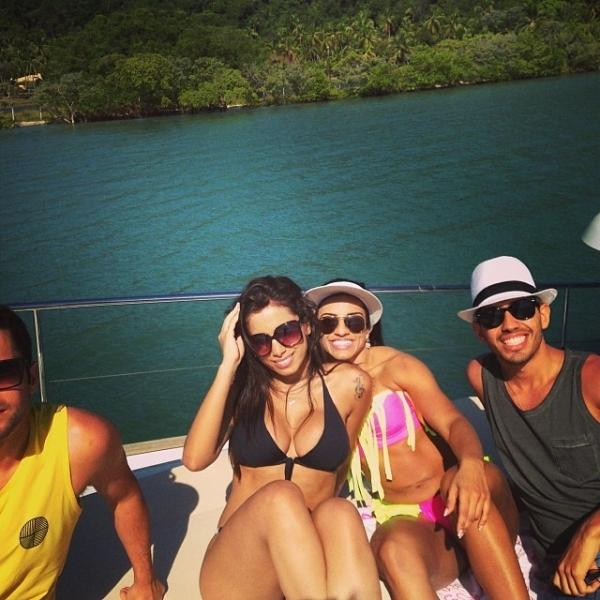 Decotão! Antes de show no Réveillon, Anitta relaxa em barco com amigos