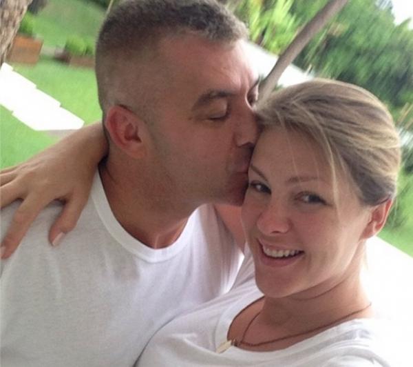 Sem maquiagem, Ana Hickmann ganha beijo do marido no último dia do ano