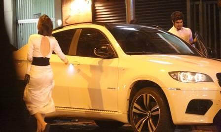 Caio Castro leva pais e irmão de Maria Casadevall para comer pizza e termina a noite no hotel da atriz