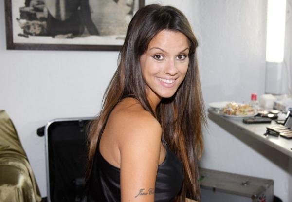 Carol Dias aparece sem maquiagem antes de sessão de fotos para campanha