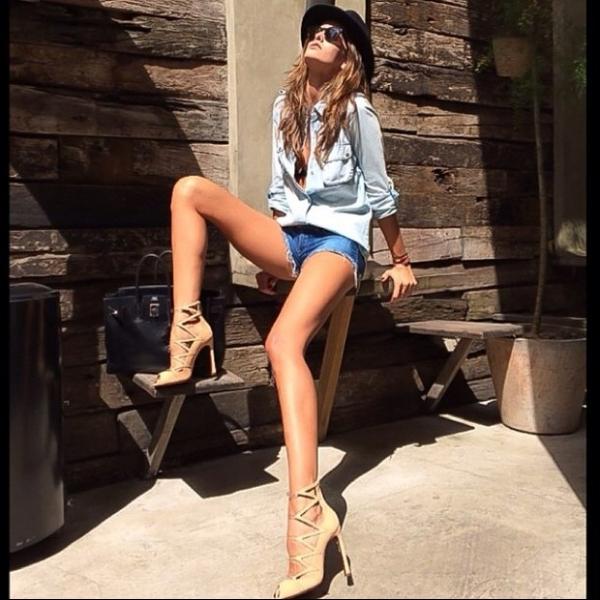 Izabel Goulart usa shortinho e exibe pernas