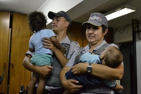 Polícia encontra dois bebês abandonados em barraco