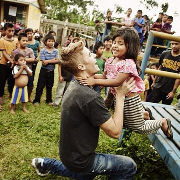 Justin Bieber faz a alegria de crianças carentes na Guatemala