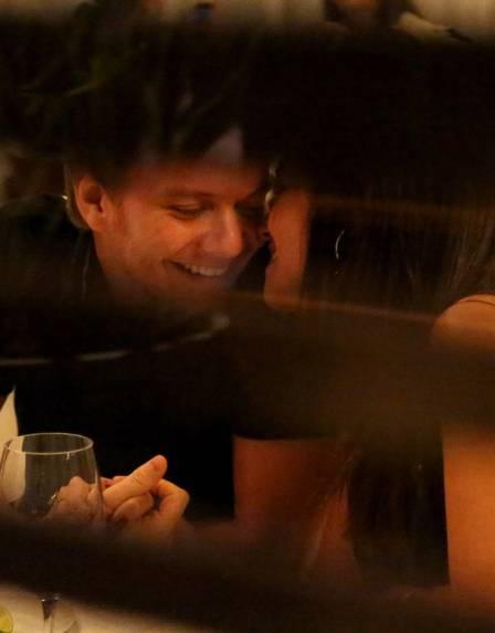 Michel Teló e Thais Fersoza não se desgrudam em jantar e se encantam com foto de bebê. Animaram-se?