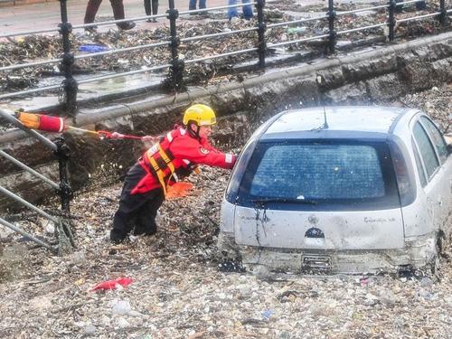 Tempestade atinge o Reino Unido com ventos de 180km/h e deixa 2 mortos