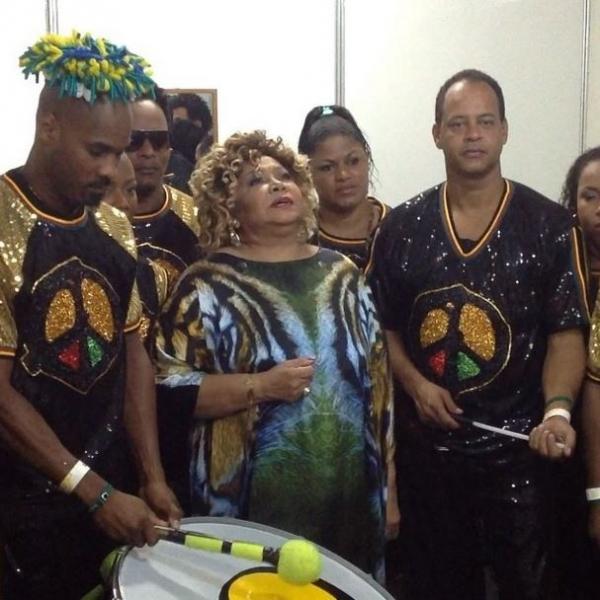Antes de sorteio da Copa, Alcione faz homenagem a Mandela
