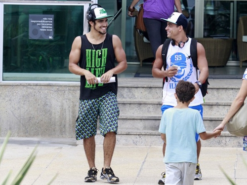 Ator Caio Castro malha com Dany Bananinha e exibe os braços musculosos