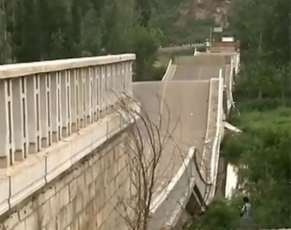 Motorista é multado em R$ 1 milhão após ponte desabar na China