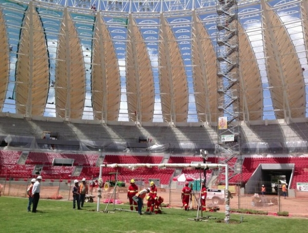 Novo passo: operários instalam a primeira trave do novo Beira-Rio