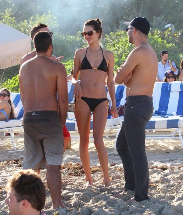 Alessandra Ambrósio mostra boa forma em praia de Miami