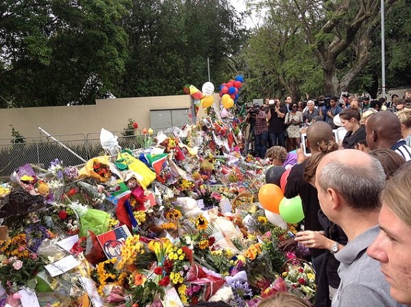 Casa de Mandela vira ponto de homenagens e calçadão improvisado