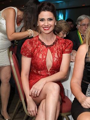 Com vestido transparente e decotado, Giovanna Antonelli é homenageada em evento