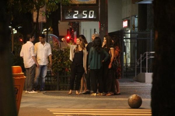 Grávida, Alinne Moraes curte noite com namorado e amigos