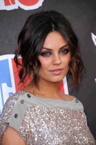 Mila Kunis, eleita a mais sexy de 2013, investe em penteados elaborados