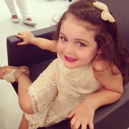 Filha de Jayme Monjardim vai a salão de beleza e recebe tratamento vip