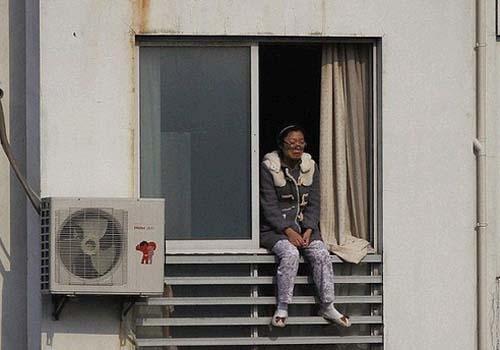 Imagem para Veja o momento aterrorizante que uma mãe ameaça jogar seu bebê pela janela do 12º andar