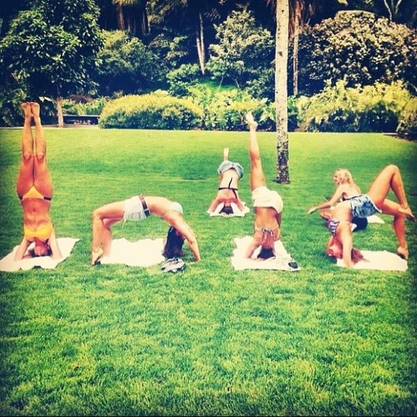 Isis Valverde faz pose de ioga em foto com amigas