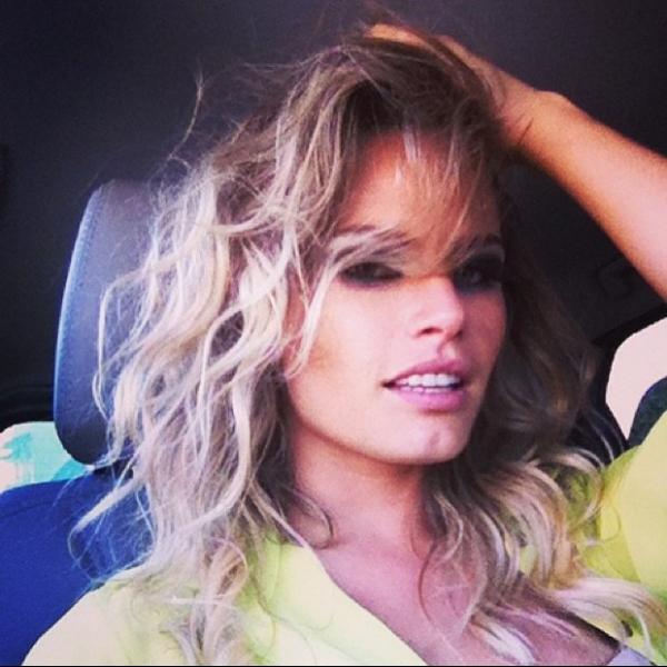 Solteira de novo, Natalia Casassola faz cara sexy em foto para fãs