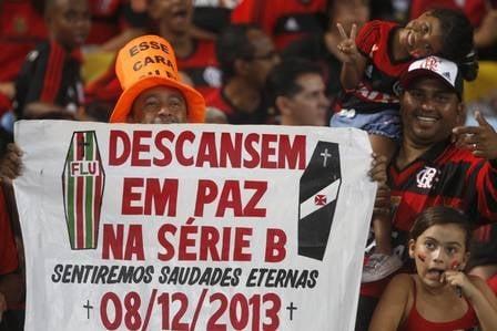 Torcida do Flamengo ?enterra? Flu e Vasco e ainda põe Fred e Juninho com vestido ?tomara que caia?