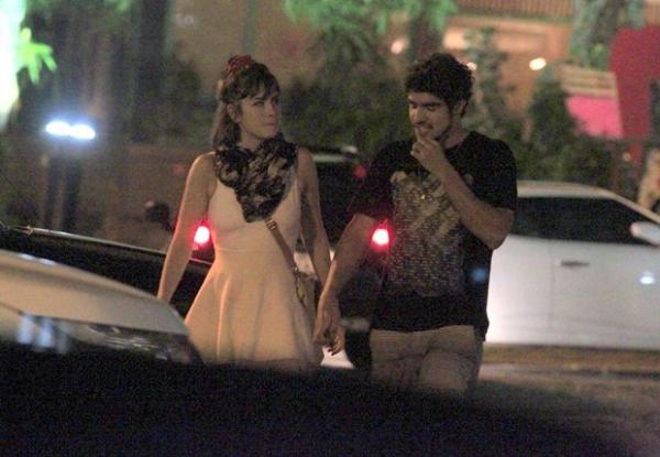 Caio Castro e Maria Casadevall saem abraçados após jantar