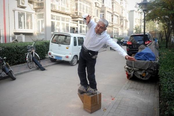 Chinês diz ter curado dor nas costas ao andar com sapatos de 400 kg